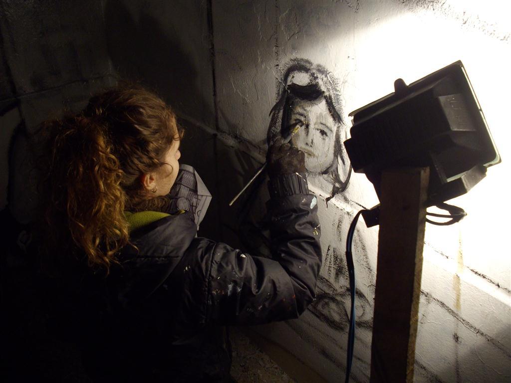 o Maria pintando mural Educacion