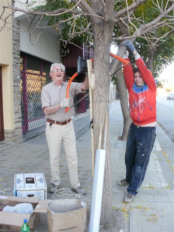 t Leo y Dr. Kantor cortando una rama que tapaba el mural
