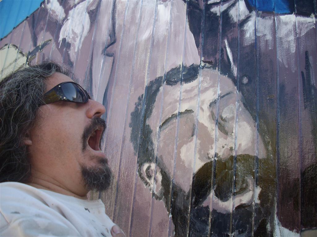 b  Chelo cantando con los retratados en el Mural Fundación
