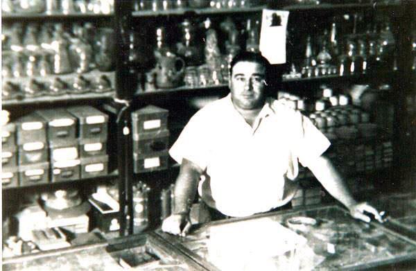 Domingo Ramos en el almacén Aragón y Ramos