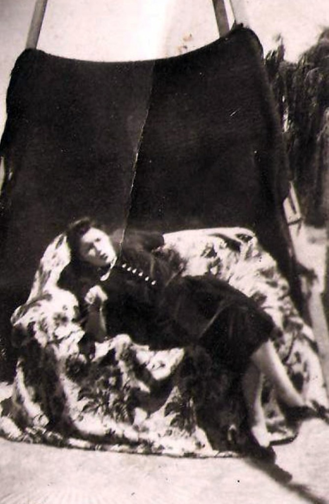 Adelina Miguel en plena sesión fotográfica.