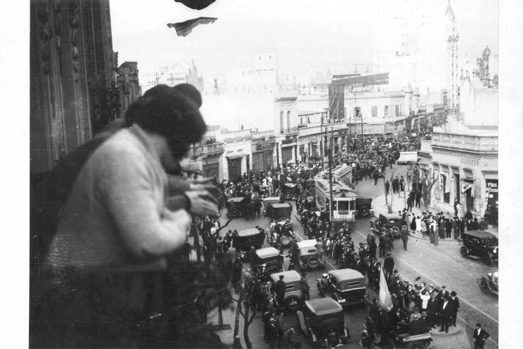 Civiles saludan desde un balcón el paso de las tropas golpistas. 6/9/30
