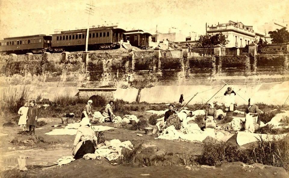 Mujeres lavando ropa en el rio de la Plata