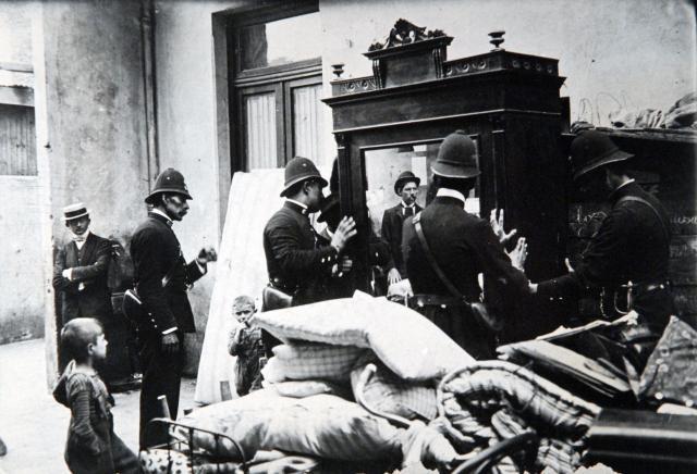 Huelga de conventillos_ 1907_ Policias durante el desalojo