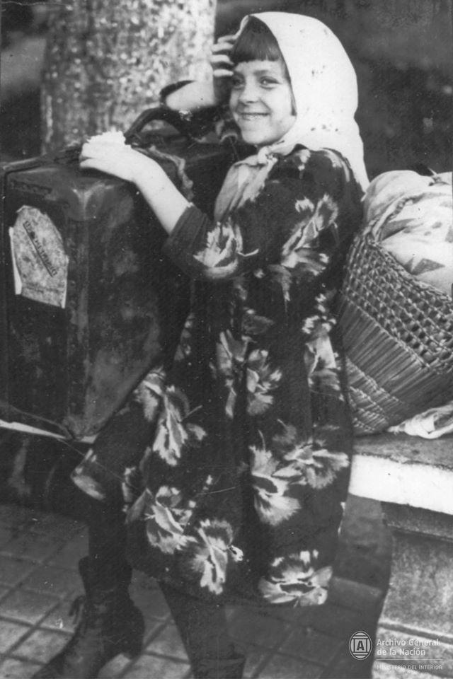 Niña inmigrante con equipaje 1910