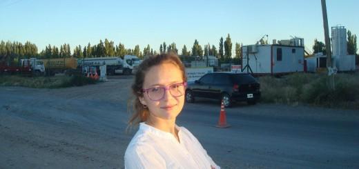 María Langa vor einer Fracking-Anlage