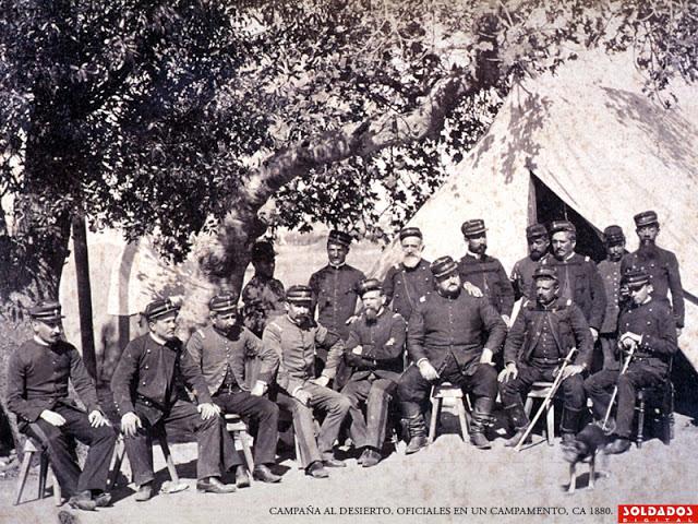 C al D Oficiales en un campamento 1880