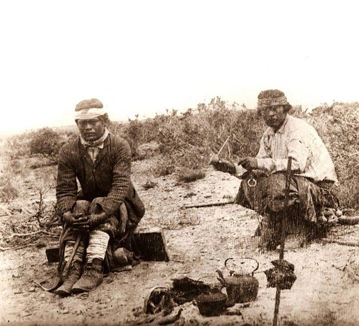 Mapuches tomando mate en la pampa mientras se asa la carne1890