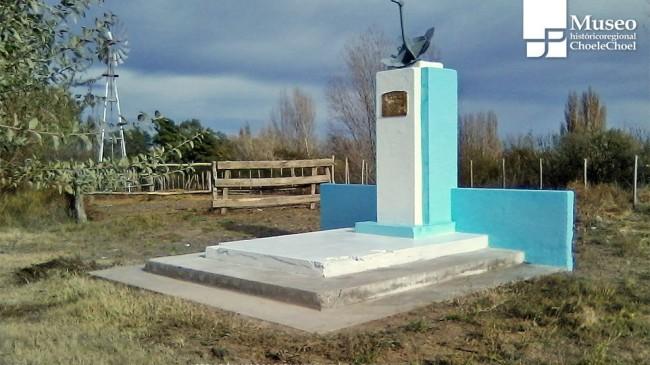 Monolito en homenaje al contralmirante Guerrico - Foto: Gentileza Asociación Amigos del Museo Regional de Choele Choel.